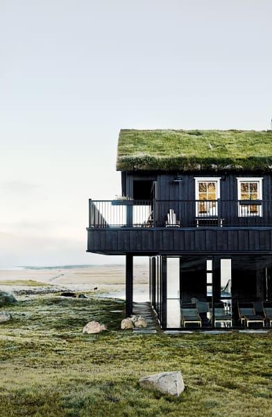"""Formwandel: Ein Bauernhof auf der isländischen Troll-Halbinsel wurde        zur """"Deplar Farm"""". Schafställe wichen dem Spa, einer Bar und 13 Suiten –        ein gelassener Luxus mitten im Nirgendwo, betrieben von Eleven        Experience, einem Veranstalter von höchst komfortablen Outdoor-Ferien."""