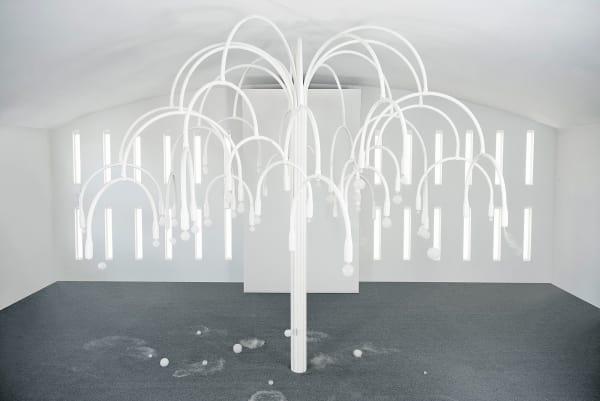 """Weiße Magie: Die acht Meter hohe Skulptur """"New Spring"""" stand in Miami        Beach im Temple House einem Artdéco-Bau."""