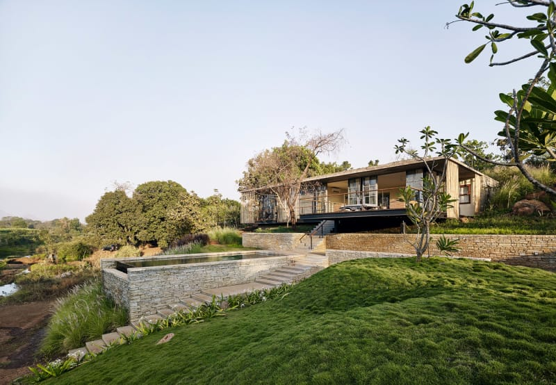 Architecture-BRIO_The-Riparian-House_Karjat-India__30-grassy-mound-pool-and-entrance-steps