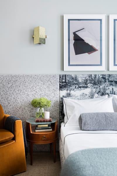 Raffiniert: Die Verkleidung des Betts ziert als Paneel auch die Wand – das Kopfteil aber hat ein anderes Muster.