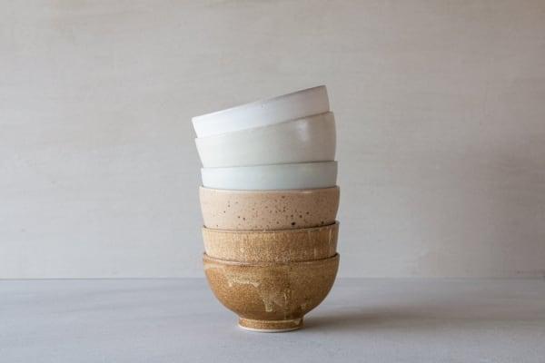 """Von Hand gedreht werden die monochromen """"Oto Cups"""" aus Keramik des DuosWe Are Studio Studioaus Hamburg, je 33 Euro."""
