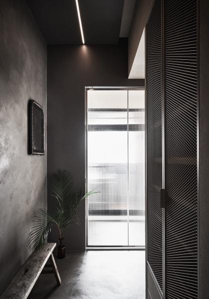 Trotz kleiner Fläche hat die Wohnung unterschiedlichste Stilseiten: Vom industriell gehaltenen Entree bis zum Schlafzimmer in Naturstoffen.