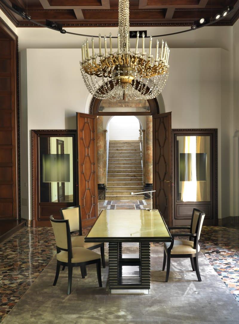 Glanz und Gloria: Zwischen Eingangshalle und Salon präsentiert Giampiero Bodino seinen Schmuck. Die Vitrinen sind noch leer, aber bei unserem Besuch funkelten dort schon die schönsten Kreationen – alles Einzelstücke natürlich.