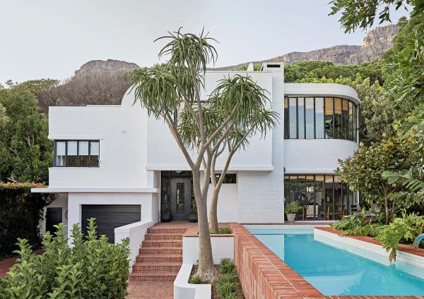 """Laureen Rossouws Haus in Kapstadt bestach mit Bauhaus-Komponenten, musste aber komplett umgebaut und modernisiert werden. Die Linien im Bauhaus-Stil sind schlagend. """"Doch innen sah es ziemlich chaotisch aus"""", erinnert sich die Architektin Renée Rossouw."""