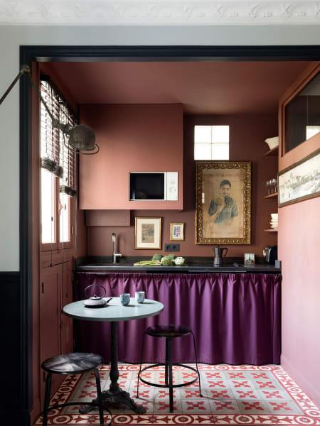 Eine Küche die trotz ihre kleinen Größe viel zu bieten hat. Abgedeckt ist der Stauraum mit einem violetten Voll-Twill