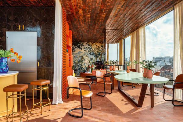 Der belgische Maximalist Jean-Philippe Demeyer schuf für einen jungen Immobilieninvestor und seine Frau ein warmes Zuhause, in dem sich Farben und Stilepochen kühn austoben – eine Wohnung wie ein Vitaminshake.