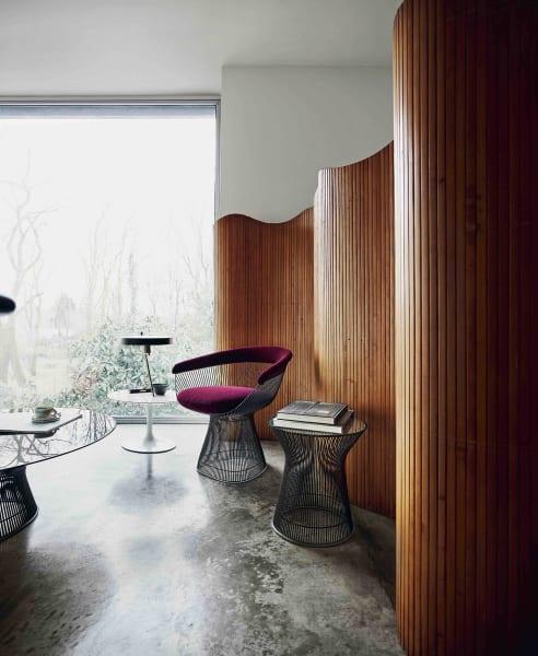 """…ist Mailand mit Midcentury-Ikonen wie Warren Platner: Sein """"Side Chair"""" (3796 Euro) und der """"Side Table""""  (1107 Euro) mit Rundstahlstreben in """"Metallic Bronze"""" lassen den Schwung der Sixties ins Hier und Jetzt fließen; via Knoll."""