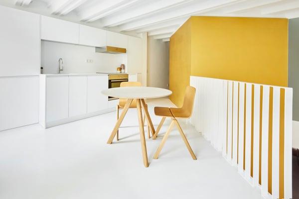 Die offene Galerie bietet genug Platz für die Küche und einen kleinen Essbereich.
