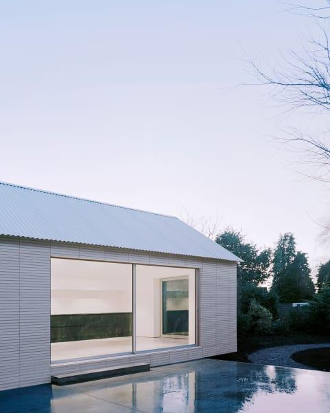 Der Fassade des Annex' ist in ein beruhigendes Weiß getaucht.