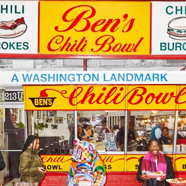 """Die leuchtend bunte Fassade von """"Ben's Chili Bowl"""". Das Stammhaus in Washington's U Street Corridor blieb als einzige Filiale auch während der Covid19-Pandemie geöffnet."""
