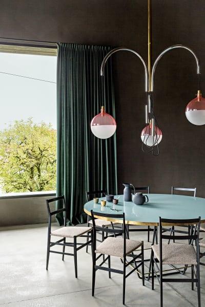 """Gio Pontis """"Superleggera"""" ziert seit Jahrzehnten Wohnzimmer auf der ganzen Welt. Auch im Einklang mit Tisch und Lampe vonDimore Gallerymachen die Stuhl-Ikonen eine zeitlose Figur."""