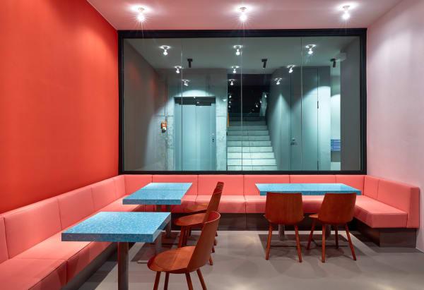 """Ansichtssachen: Geht das Licht an, können die Gäste des """"Louis Pretty"""" einen Blick ins Treppenhaus aus Sichtbeton werfen."""