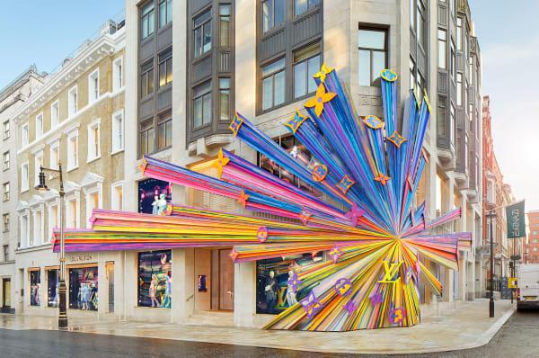 Auch von außen gleicht das Gebäude einem Kunstwerk. Der Store befindet sich im Londoner Stadtteil Mayfair.
