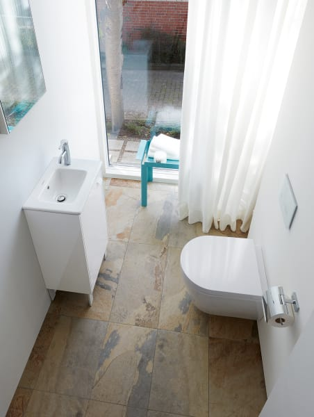 """Das kleine Badezimmer (eingerichtet mit Serie """"XSquare"""" von Duravit) wirkt dank Holzboden besonders hell."""