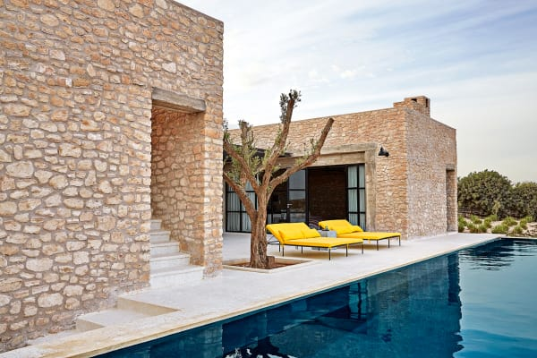 An seinem Retreat an der marokkanischen Küste lässt Interiordesigner und Hotelmanager Willem Smit auch Gäste teilhaben: Ab 650 Euro pro Nacht können hier bis zu vier Personen übernachten – und im Infinity Pool das Tosen des Atlantischen Ozeans hören.