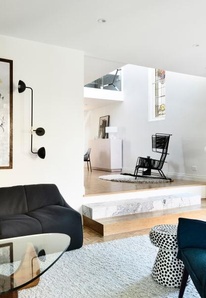 Reduktion aufs Wesentliche: Eine ausgewählter Minimalismus schenkt den großen Räumen Ruhe und Klarheit.