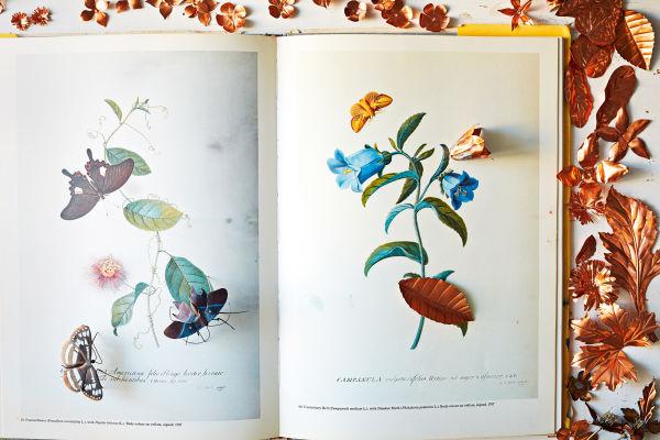 <p>Bis die Blätter und Blüten aus Kupferblech bemalt und an Stengeln aus Messing befestigt sind, benötigt Carmen Almon oft mehrere Monate.</p>