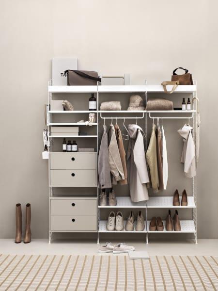 """Strings""""System Cabinet"""" bekommt einen neuen Anstrich: warmes Beige! Das von Nisse String in 1949 entworfene Regalsystem soll laut Peter Erlandsson als zeitlose dritte Variante die Farben weiß und grau ergänzen."""