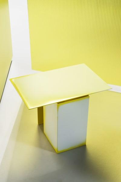 """Inspiriert von den Streifen einfallenden Lichts, hat Studio Truly Truly für Tacchini die Tische der """"Daze"""" Reihe gestaltet. Das architektonische Volumen des Tisches wird an dessen Kanten von schmalen Farbverläufen überlagert und suggerieren auf diese Weise ein inneres Leuchten der minimalistischen Formen."""