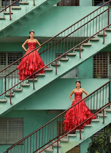 Lasst uns Quinceañeras feiern! Frank Thiel zeigt junge kubanische Frauen, die sich für ihre traditionelle coming-of-age-Feier schön gemacht haben. Der kritische Verweis auf gesellschaftliche Ungleichheiten bleibt dabei nicht aus. Zu sehen bei BlainSouthern.