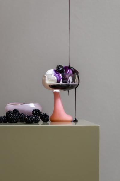 Schalen, Vasen, Gläser und Löffel: Die neue Kollektion der dänischen Künstlerin Helle Mardahl ist ein rosa Tableware-Traum.