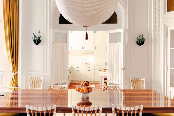 Im Speisezimmer blickt man unter Noguchis Lampionleuchte vorbei an Appliken von Victor Levai auf die maßgefertigte Küche.