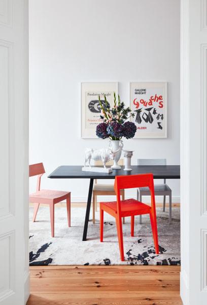 """Der Teppich """"Shallow Stripes"""" aus der """"Texture""""-Kollektion macht sich unterm Esstisch besonders gut."""