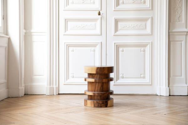 """Pluspunkt: Der Beistelltisch """"Elea"""" kann ganz einfach bewegt werden, da das Holz naturbelassen ist und nicht erschwert wurde."""
