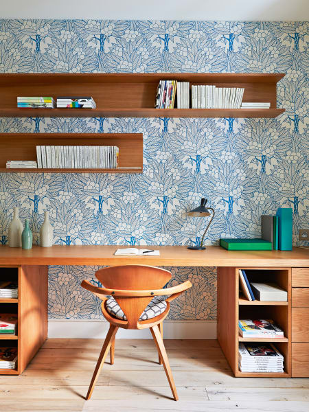 Musterzimmer: Die frischen Ornamente einer Tapete von Atelier d'Offard        bestimmen den Charakter des Gästezimmers. Regal und Tisch aus Eiche        sind Maßanfertigungen, der Stuhl ist ein Design von Norman Cherner.