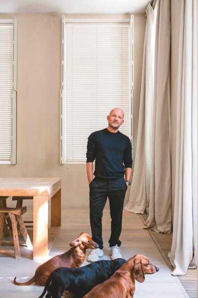 Der Strukturierte: Portrait von Vincent Van Duysen und seinen drei Hunden