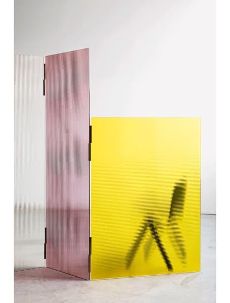 """Rahmenlos: Die Paneele von Ronan und Erwan Bouroullecs Paravent        """"Rayures"""" aus laminiertem, gehärtetem Glas sind einzig durch Scharniere        verbunden. ÜberGlas Italia, 3924 Euro."""