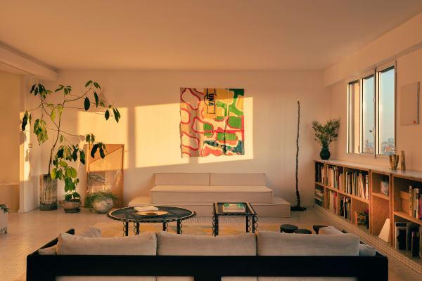 Eine Mischung aus eigenen Entwürfen sowie Stücken von befreundeten Künstlern prägt den Look des Apartments