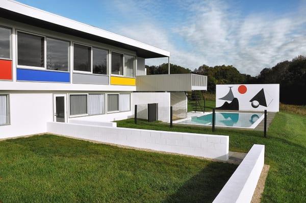 """Paneele in den Primärfarben Rot, Blau und Gelb erinnern an Bauhaus und """"Case Study Houses""""."""