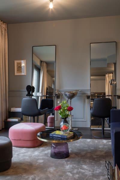 """Klein aber fein: In dem Apartment""""Pretty""""für bis zu zwei Personen dreht sich auf 55 Quadratmetern alles rund um das Thema Beauty. Verspiegelte Frisiertische, Design-Klassiker und Messing-Details geben den offenen Wohn-Essbereich eine elegante Atmosphäre."""