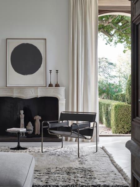 Nach wie vor zeitlos gliedert sich Breuers konstruktivistischer Entwurf als Liebling von Architekten und Einrichtern in zeitgenössische Interieur ein.