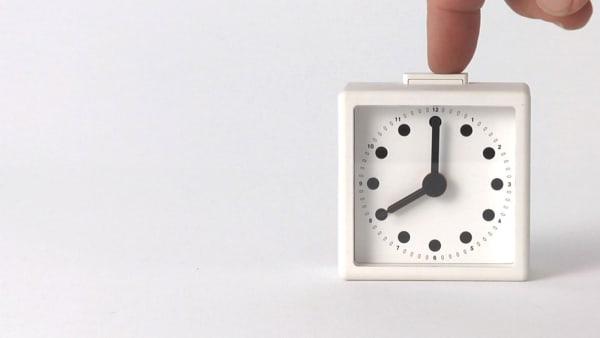 """Ein Film Still aus dem Dokumentarfilm """"Objectified"""" mit einer Uhr des japanischen Designers Naoto Fukasawa."""