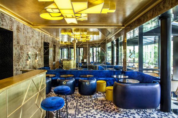 Die Bar leuchtet in blau-gold-Tönen …