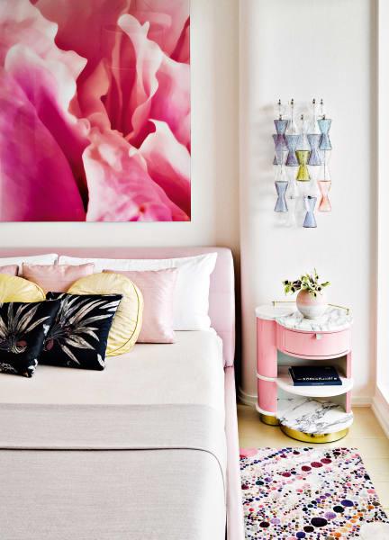 """Das pastellsatte Gästezimmer. Über dem selbst entworfenen Nachttisch hängt eine Vintage-Leuchteaus Murano. Kissen aus Hermès' """"Brazil"""" und Rohseide von Jim Thompson."""