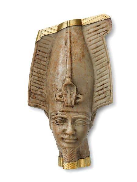 """Die Kollektion """"Revived Treasures"""" bringt altägyptische Kunstwerke wie die Osiris-Brosche, eine antike Steinskulptur aus Bronze, Diamanten und Weißgold, zu neuem Leben."""