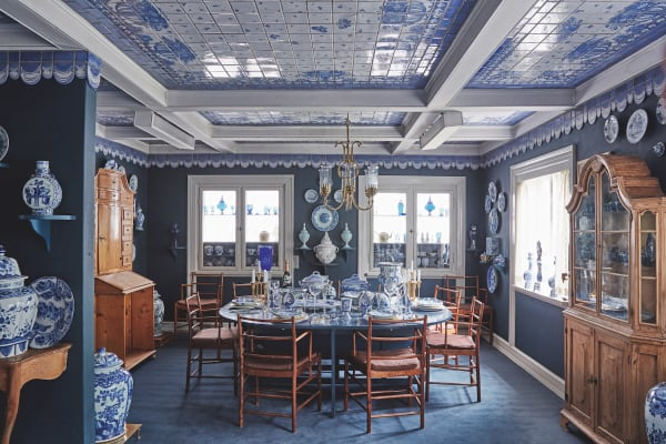 Von der dänischen Königin Ingrid bis Arnold Schwarzenegger: Unter der        Kacheldecke im Esszimmer waren alle zu Gast. Bjørn Wiinblad war ein spendabler Gastgeber und liebte Gesellschaft. Asiatisches Porzellan        aus dem 18. Jahrhundert kombinierte er mit Kristallobjekten für        Rosenthal.