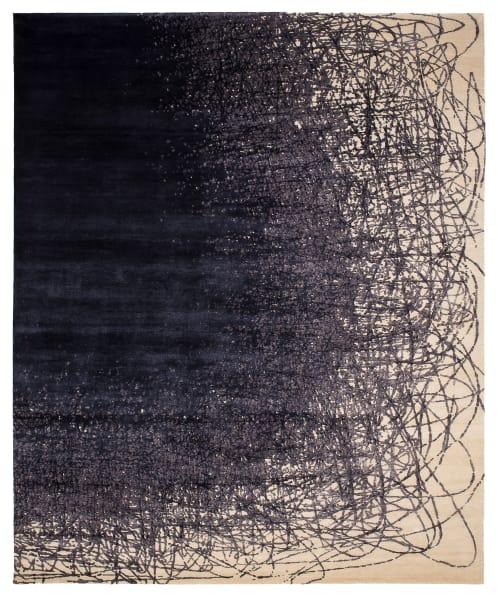 Endlose Tintenlinen aus Seidengarn kurven auf handgesponnener Highland-Wolle.