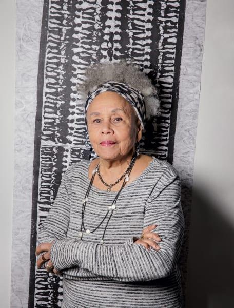 """""""Ich bin ein Recycler"""", sagt Betye Saar bescheiden über ihren Arbeitsprozess, während ihre Werke gerade groß gefeiert werden. Zuletzt in New York (im MoMA) und in ihrer Heimatstadt Los Angeles (im LACMA). Im Herbst wird ihr in Köln der Wolfgang-Hahn-Preis der Gesellschaft für Moderne Kunst des Museum Ludwig verliehen."""