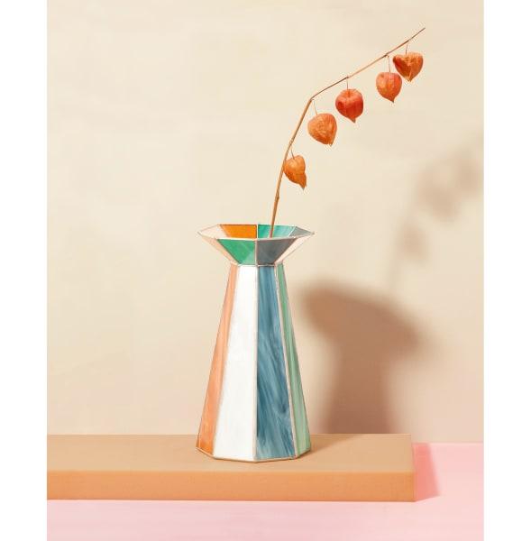 """Serena Confalonieri setzt ihre Vase """"Caleido"""" aus antiken Glasresten zusammen, 1000 Euro."""