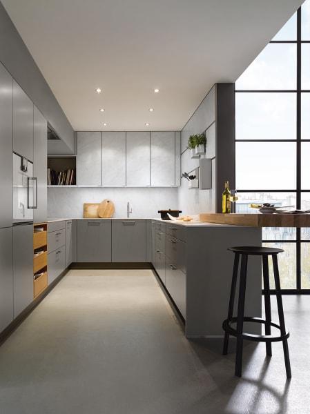 Der Küchenherstller setzt bei kleinen Räumen auf raumhohe Schränke und ein einheitliches Farbkonzept.