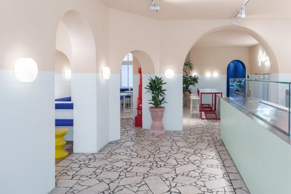 """Die Architektur-Farben """"Le Corbusier Polychromie architecturale"""" von Keim Les Couleurs, bilden zwischen dem blass-blauen """"Outremer pâle"""" und lehmigen """"Terre Sienne claire 31"""" ein stilisiertes Pool-Becken."""