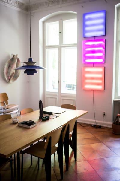 Im Wohnzimmer schmücken neben grafischen Arbeiten auch Kunstwerke von XY und YZ die Wände.