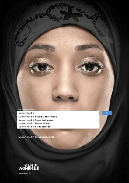 """Dass gesellschaftsorientiertes Design gemäß Papaneks Vorstelllung essentielle Fragen prägnant formulieren kann, zeigt die UN Women Kampagne """"Autocomplete Truth: Need to"""" von 2013, die von Memac Ogilvy & Mather Dubai gestaltet wurde."""