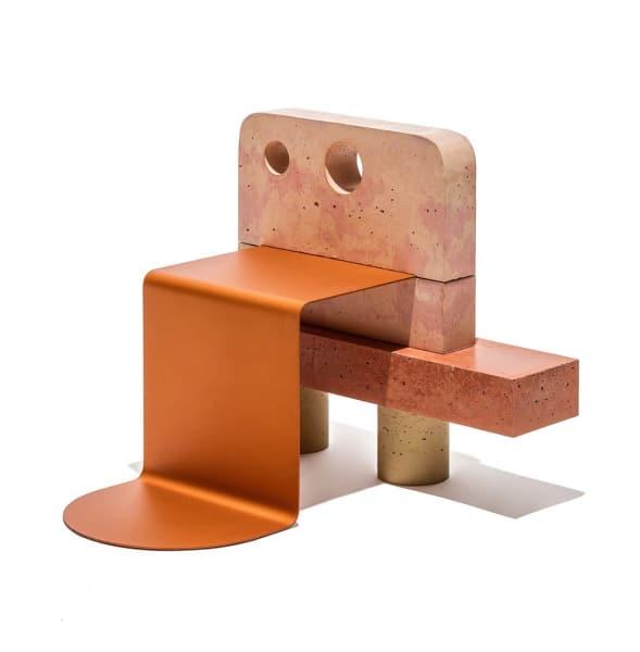 """Nichts für Nomaden! Der Stuhl von Magnus Pettersen und Lea Hein besteht hauptsächlich aus gegossenem, pigmentgefärbtem Beton. Die Sitzfläche ist allerdings aus Aluminium und bietet daher dennoch einen hohen Kompfort. Das Design-Duo verfolgt dabei die These: """"We shape our furniture, and afterwards our furniture shapes us"""" – wenn Möbel uns formen, dann kann dieser Stuhl uns doch nur zu Besserem verhelfen."""