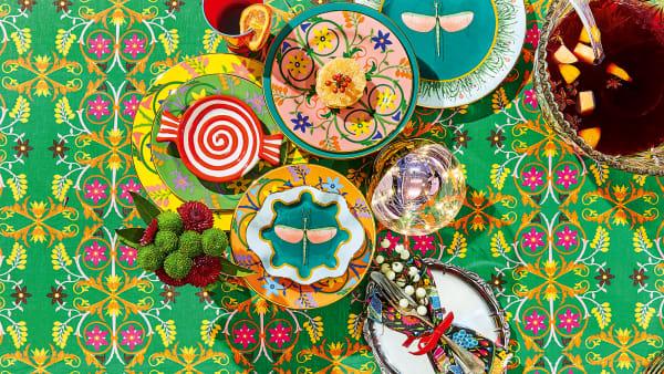 . Nun hat Vintage-Queen JJ Martin (u.) Teller (2er-Set 90 Euro), Tischdecken und Schürzen damit bedrucken lassen und mit farbigen Fonds versehen(links).Ist die Tafel so eingedeckt, beginnt das Fest schon vor dem Mahl.