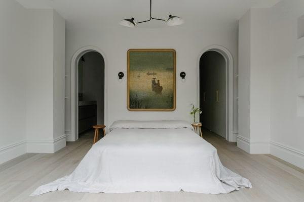 Die neuen Türbogen im Schlafzimmer schaffen Offenheit und Harmonie zwischen den Räumen.